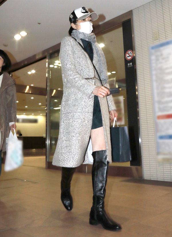 11月20日、都内にある高級デパートの食品売り場をブーツ姿で闊歩する女性がいた。11月29日に初公判を控える元モーニング娘。の吉澤ひとみ被告(33)だ。