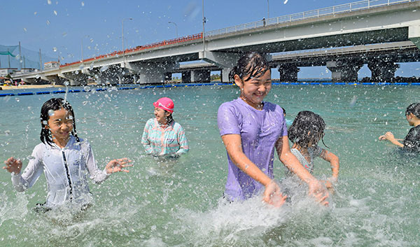 沖縄の海はもう泳げます! 那覇・波の上ビーチで海開き | 女性自身