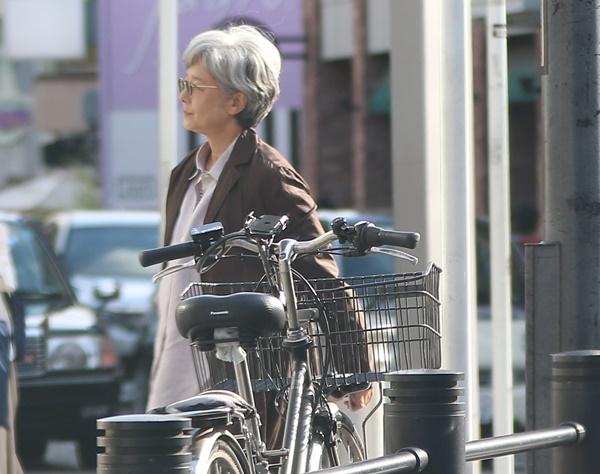 田中裕子もグレーヘアに!夫・沢田研二とおそろい電車デート | 女性自身