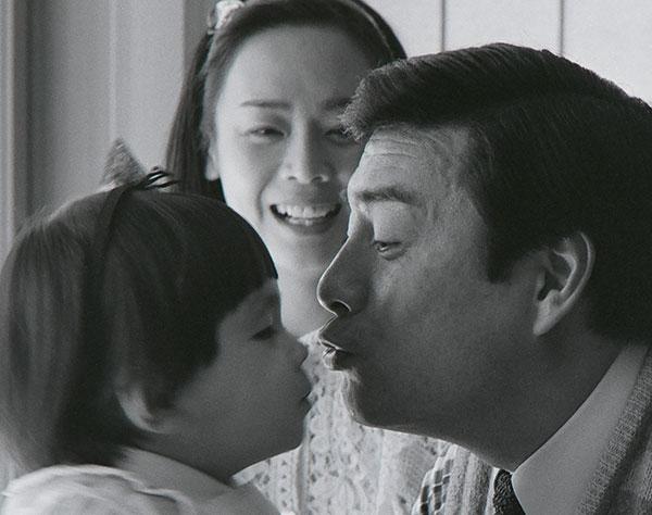 エンタメ|【ほっこり写真館】高橋英樹&真麻、19年の時を超えた「父娘のキス」